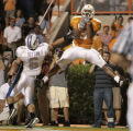 TNMH104 - Tennessee wide receiver Robert Meachem (3) catches a five-yard touchdown pass as Air...