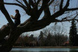 MJM113  Enjoying a day off from work, Jennifer Gilbert (cq), 26, reads The Namesake in a tree...
