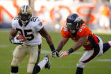 DM1678  New Orleans Saints running back Reggie Bush #25 runs to the outside just out of reach of...