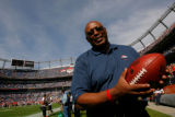 DM0038  Former Denver Broncos running back Floyd Little on the sidelines prior to the Denver...