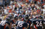 (JPM0057) Denver Broncos Jake Plummer huddles with the offense against the  Kansas City Chiefs in...