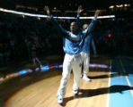 BG079 Denver Nuggets Chauncey Billups waves to the crowd as he makes his second debut start as a...