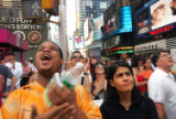 (NYT32) NEW YORK -- June 13, 2005 -- JACKSON-TRIAL-4 -- People react as the news about the...