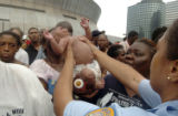 (NYT17) NEW ORLEANS -- Sept. 1, 2005 -- KATRINA-EVACUATE-4 -- A New Orleans police officer reaches...